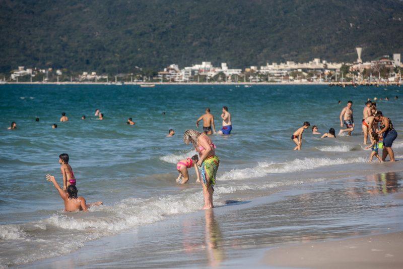 No mar, um refresco para o domingo de calor em Florianópolis – Foto: Anderson Coelho/ND