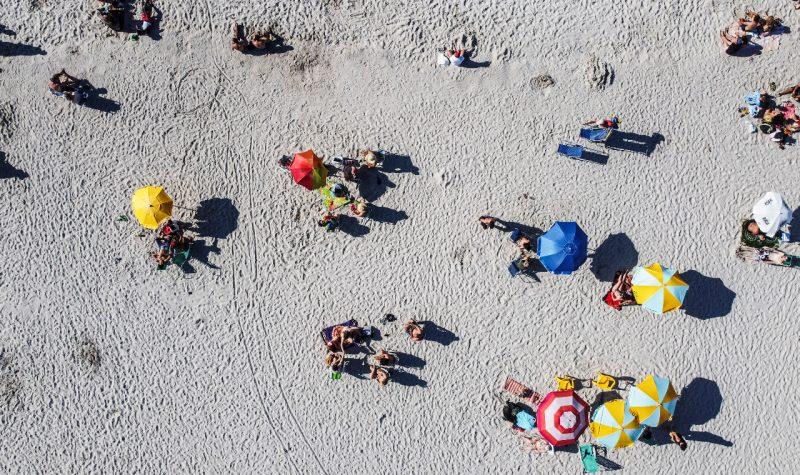 Mesmo ao ar livre, muitos mantiveram o distanciamento social na faixa de areia – Foto: Anderson Coelho/ND