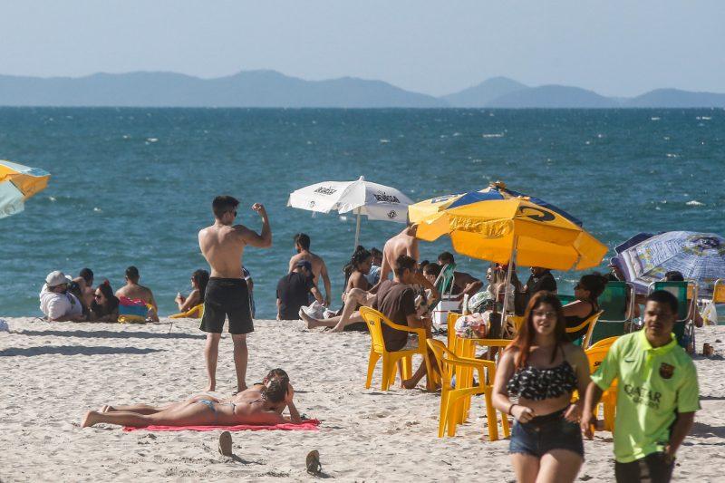 A faixa de areia foi disputada em alguns trechos da orla, no Norte da Ilha de SC – Foto: Anderson Coelho/ND