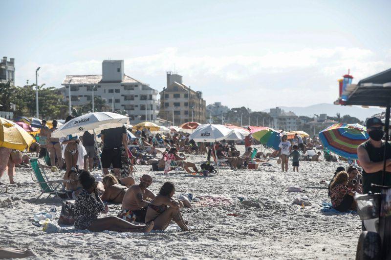 Muita gente aproveitou o domingo de sol do feriadão para curtir a praia, como em Canasvieiras – Foto: Anderson Coelho/ND