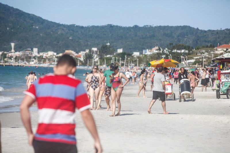 Canasvieiras, no Norte da Ilha, teve grande movimento de banhistas e turistas – Foto: Anderson Coelho/ND