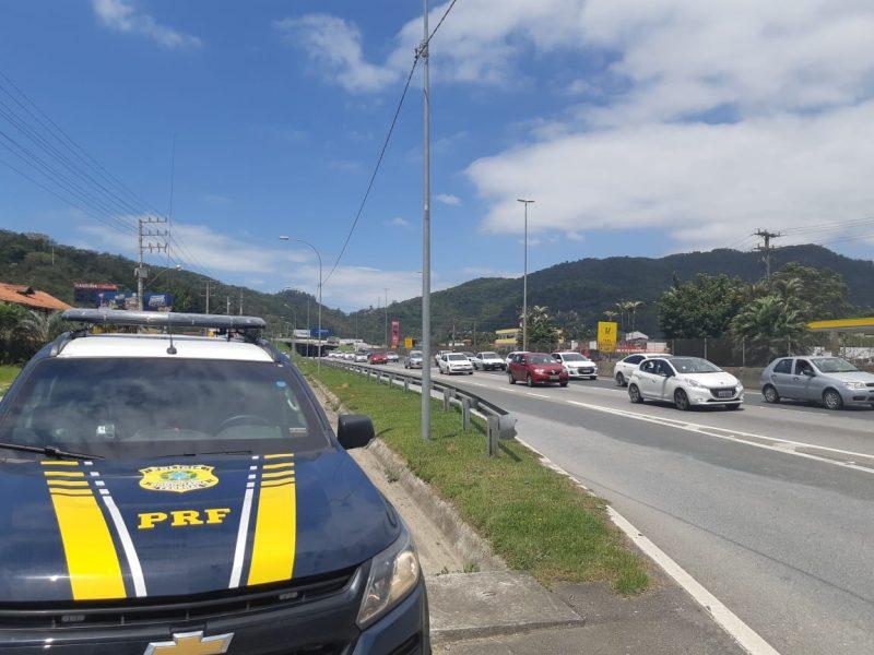 No sentido norte da BR-101, entre Balneário Camboriú e Itajaí, o trânsito também ficou lento. – Foto: Divulgação/PRF
