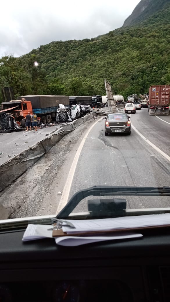 O motorista da cegonha perdeu o braço no acidente e foi levado ao hospital em situação grave. Outros quatro caminhões também foram atingidos e uma pessoa saiu ferida - Reprodução/ND