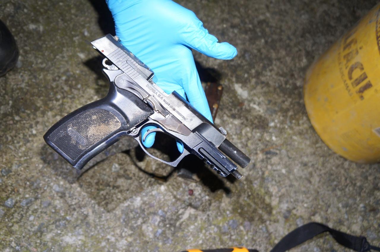 Uma pistola 9mm, da marca Bersa, também foi encontrada - Divulgação/PMSC/ND