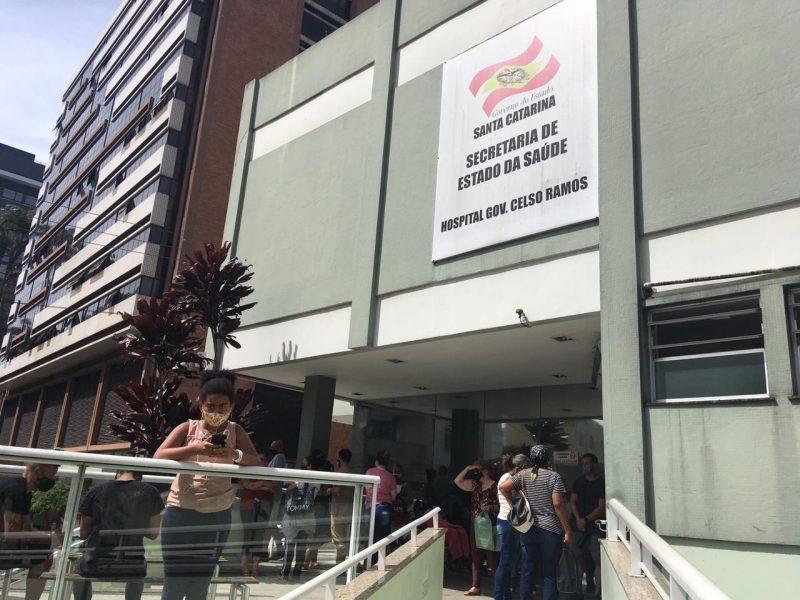 Hospital Governador Celso Ramos com diversas pessoas esperando por atendimento