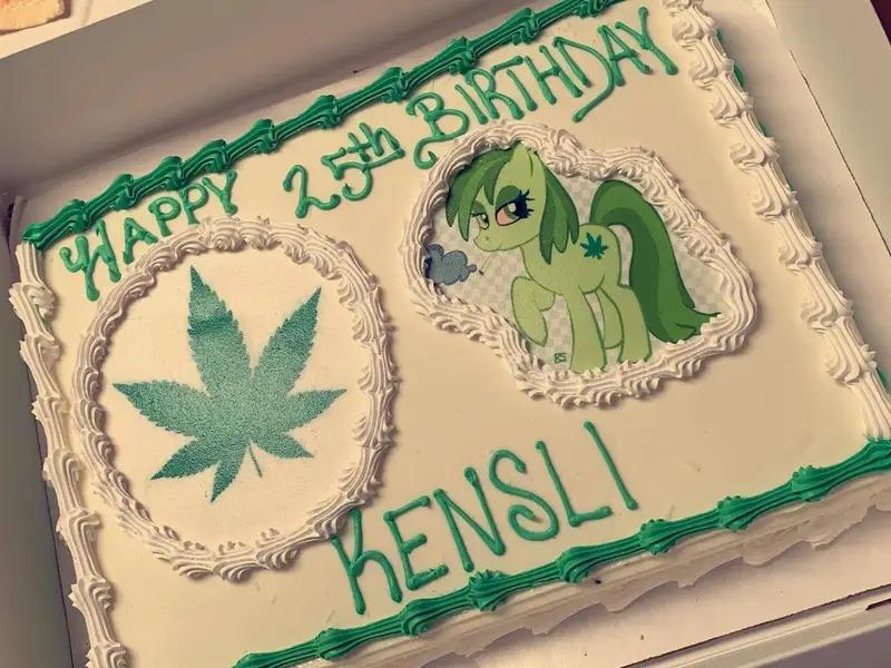 Bolo feito em comemoração aos 25 anos de Kensli – Foto: Kensli Taylor Davis/Reprodução