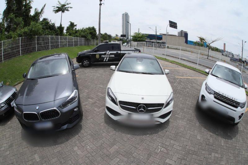 Três veículos de luxo foram apreeendidos