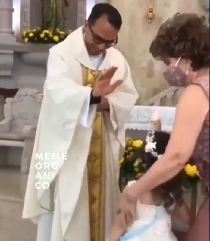 Momento em que a menina bate na mão do padre – Foto: Twitter/Divulgação