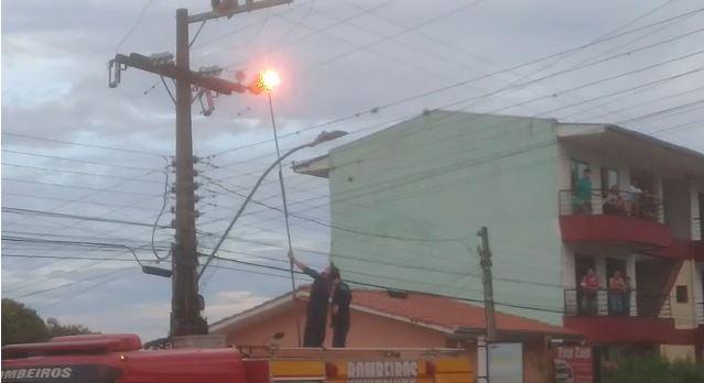 Bombeiro ficou ferido após levar choque elétrico em Capinzal – Foto: Reprodução vídeo/ND/Divulgação