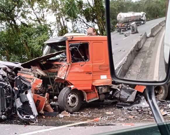 Em Morretes, na BR 277 km 43, às 16h15 ocorreu tombamento de um caminhão cegonha no sentido decrescente. - Reprodução/ND