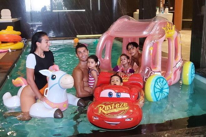 Normalmente é assim que a família Aveiro curte a piscina de dentro da luxuosa mansão. – Instagram/Reprodução