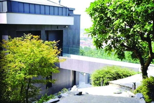 As casas estão interligadas, mas cada uma tem acesso privado e seu próprio parque. O imóvel possui uma área de 805 m², em um terreno de mais de 4.747 m². Nada mal o isolamento do craque, não é? – Foto: Instagram/Reprodução