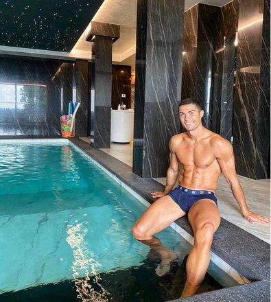 Cristiano também tem uma piscina coberta e aquecida para passar o tempo. A casa tem duas, a outra é externa, mas o outono na Europa já é frio. – Foto: Instagram/Reprodução