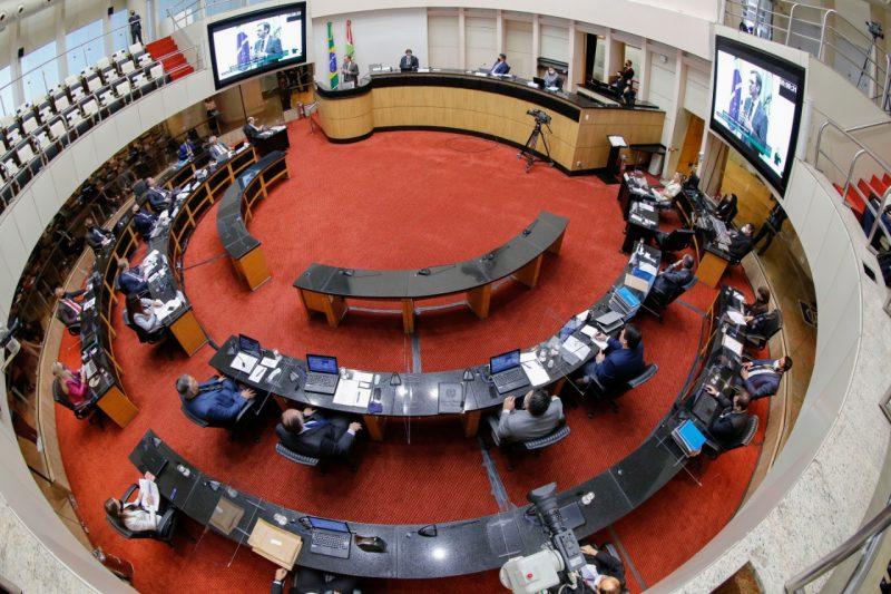 Deputados votaram, nesta quarta-feira (2), projeto que teve alteração e autoriza retomada das aulas – Foto: Divulgação/Agência Alesc/ND