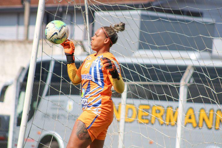 Goleiro da seleção brasileira, Bárbara chegou ao Kindermann em 2017, na volta do time ao campeonato nacional – Foto: Andrielli Zambonin/Avaí/Kindermann/ND