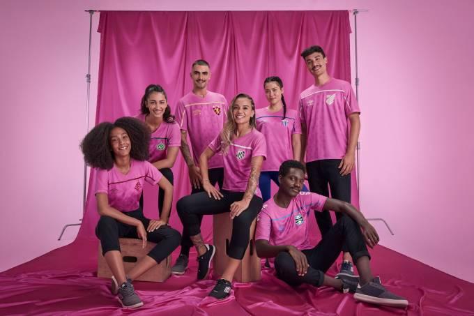 O Outubro Rosa é uma campanha para a conscientização do câncer de mama. Por conta disso, muitos clubes lançam uniformes na cor rosa para lembrar da data. A umbro criou um modelo único para todas os times que é fornecedora, incluindo o Avaí e a Chapecoense – Foto: Divulgação/Umbro/ND