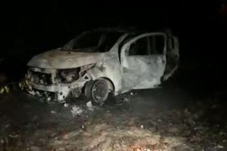 O veículo ficou totalmente queimado – Foto: Reprodução/Facebook