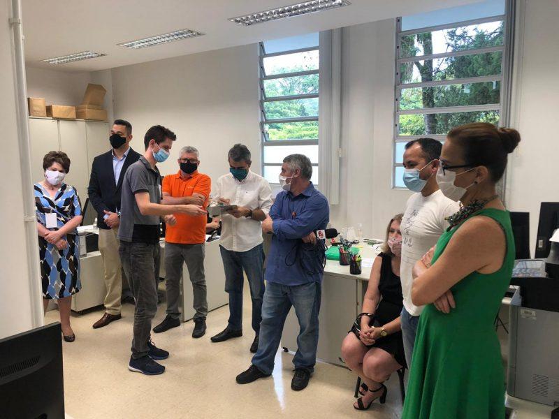 Várias autoridades reunidas na sede da Justiça Eleitoral de Blumenau aguardando reprocessamento dos votos.