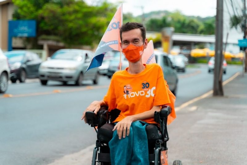 Vereador Alisson Júnio de cadeira de rodas numa calçada