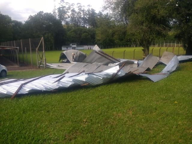 Folhas de aluzinco foram arrancadas pela força do vento – Foto: Corpo de Bombeirod