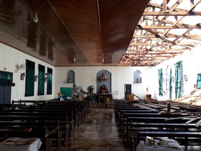Telhado cedeu e móveis ficaram molhados durante o temporal – Foto: Corpo de Bombeiros