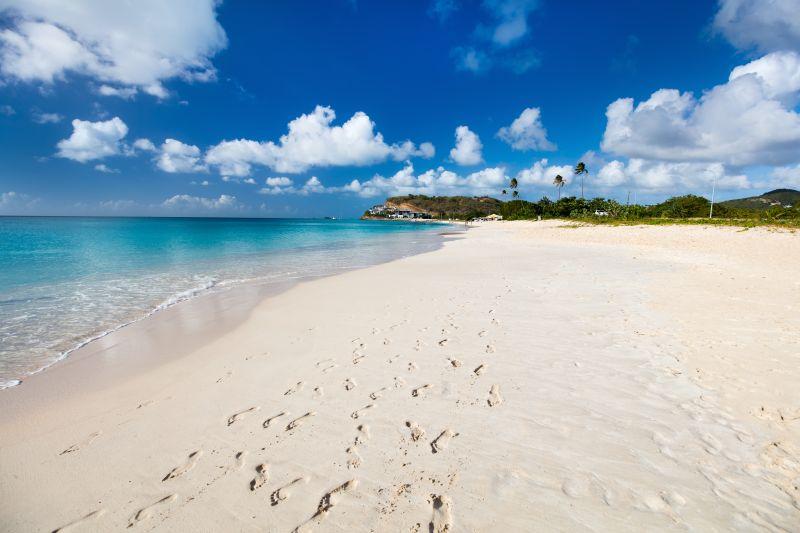 A areia branquinha da Darkwood Beach é um dos atrativos turísticos de Antígua, no Caribe - Shutterstock.com - Shutterstock.com/Rota de Férias/ND
