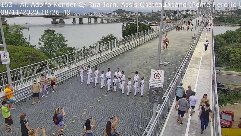 Evento de lutas reuniu famílias e curiosos no entorno da ponte durante o fim de semana – Foto: Reprodução/Twitter