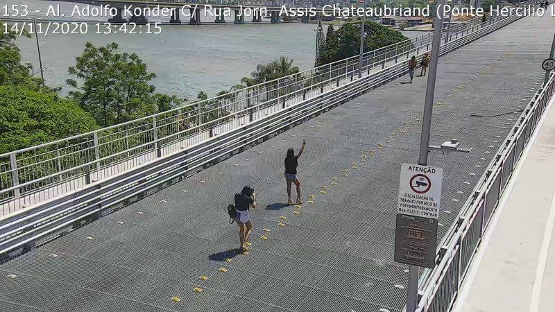 """""""Modelos"""" abusam das poses na Ponte e acabam """"flagrados"""" pela câmera de monitoramento – Foto: Reprodução/Twitter"""