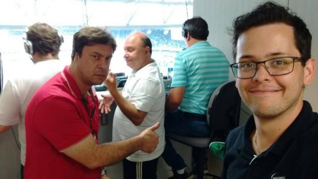 Gelson Galiotto (de vermelho): narrador da rádio Super Condá. O gaúcho de Rondinha tinha 41 anos e estava na emissora desde 2001. – Foto: Arquivo Pessoal