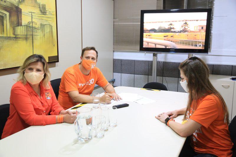 Adriano Silva (Novo) chegou acompanhado da vice, Rejane Gambin, e de sua assessora – Foto: Carlos Jr/NDTV