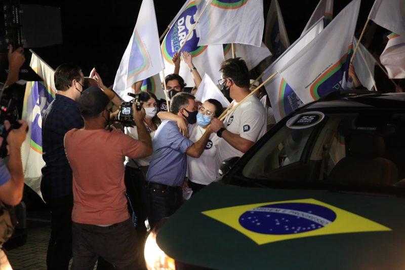 Darci de Matos (PSD) foi recepcionado por apoiadores. Ele estava acompanhado do seu vice, Rodrigo Fachini, e do deputado federal Rodrigo Coelho – Foto: Carlos Jr./NDTV