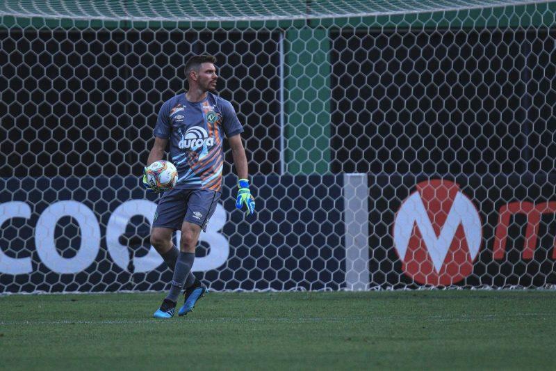 João Ricardo segura bola durante partida da Chapecoense