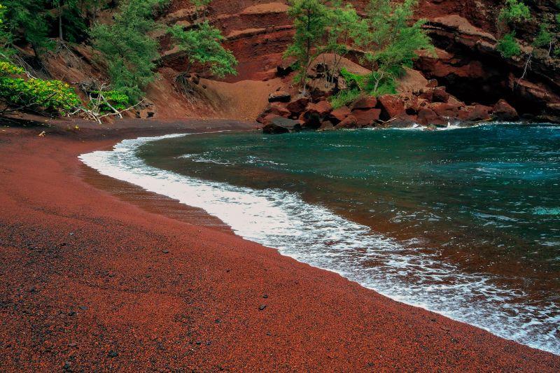 Com a areia vermelha, a praia Kaihalulu, no Havaí, é um dos poucos locais de nudismo na ilha do Pacífico Sul que pertence aos Estados Unidos - Shutterstock.com - Shutterstock.com/Rota de Férias/ND
