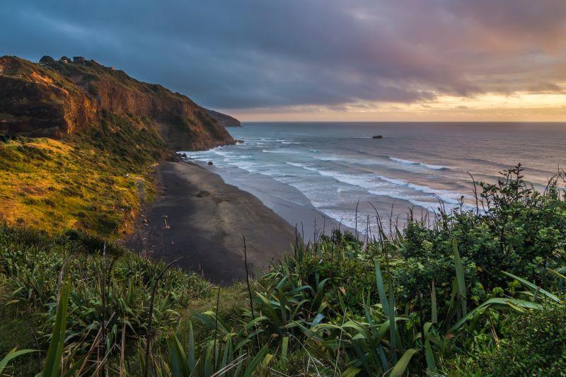 A australiana Maori Bay chama a atenção dos visitantes por causa da areia preta - Shutterstock.com - Shutterstock.com/Rota de Férias/ND