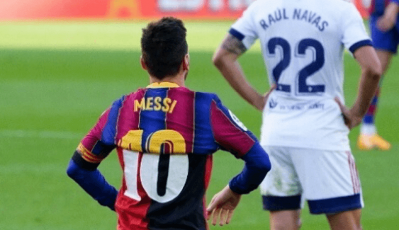 Messi faz homegem a Maradona – Foto: Reprodução Twitter do Barcelona