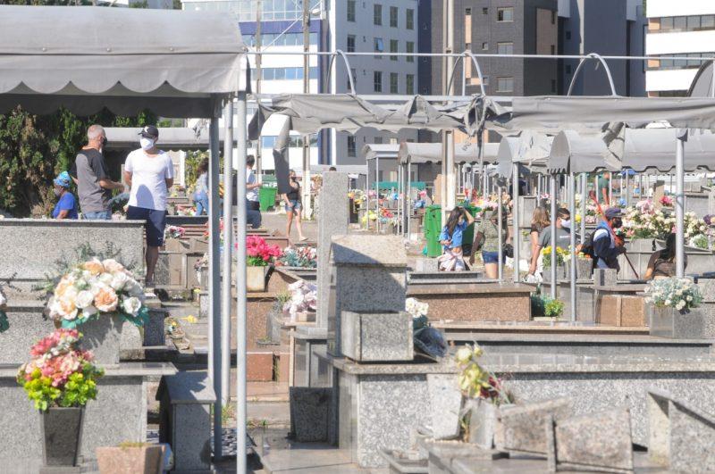Movimento no Cemitério do Itacorubi no dia de Finados em 2020