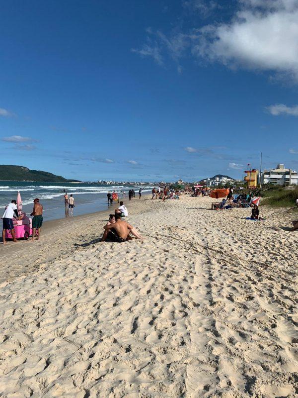 Praia dos Ingleses, no Norte da Ilha de Santa Catarina, neste domingo de feriadão de Finados – Foto: Divulgação/ND