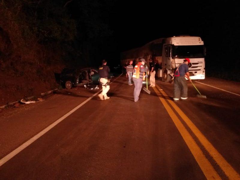 Motorista do caminhão com placas de Lajeado (RS) não se feriu – Foto: Corpo de Bombeiros de Cunha Porã