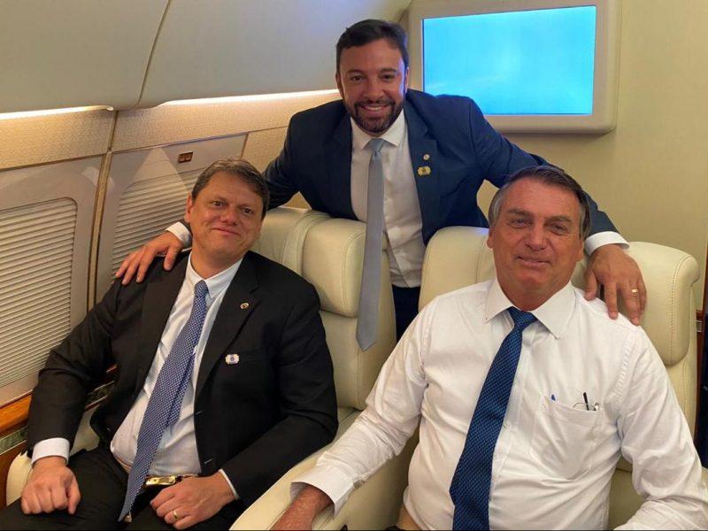 Bolsonaro segue para SC acompanhado por uma comitiva de autoridades e parlamentares catarinenses. Na foto, o presidente está com o ministro da Infraestrutura, Tarcísio de Freitas, e o deputado federal Daniel Freitas (PSL-SC) – Foto: Divulgação