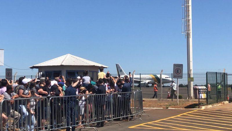 Avião presidencial pousou por volta das 14h no aeroporto de Chapecó e foi recebido por apoiadores do presidente. – Foto: Willian Ricardo/ND+
