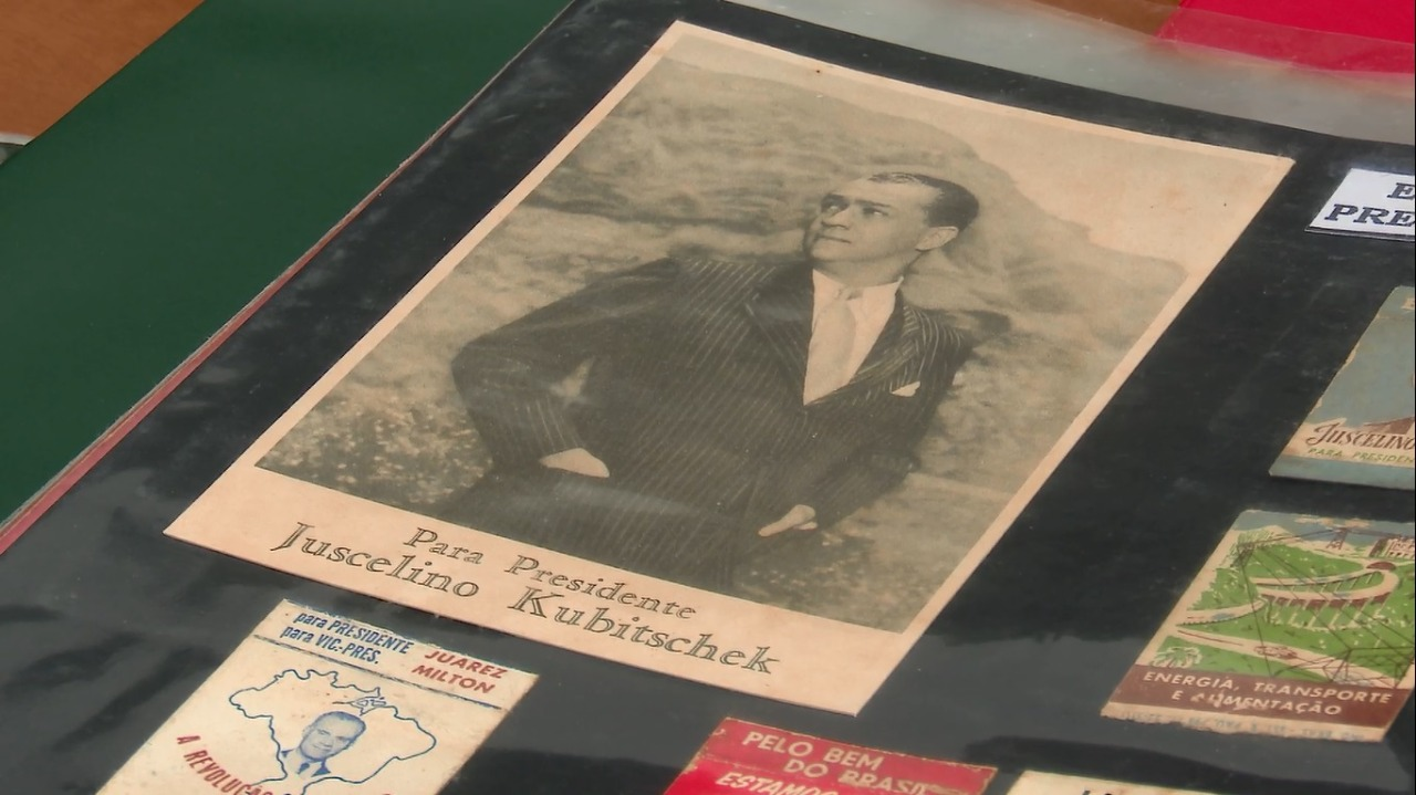 Santinho de Juscelino Kubitschek - Reprodução / NDTV Blumenau