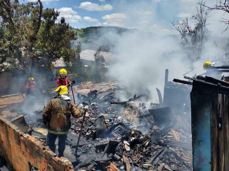 Incêndio de grandes proporções ocorreu na manhã desta terça-feira (17). – Foto: Corpo de Bombeiros/Divulgação