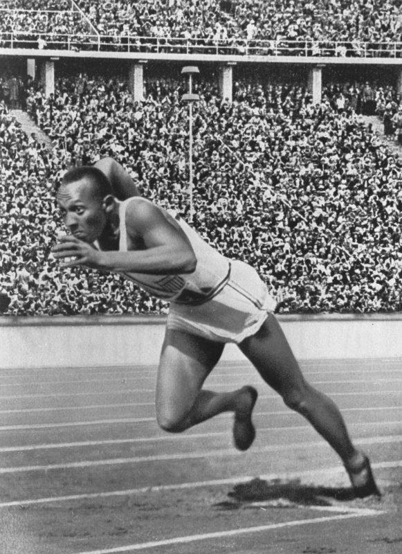 O velocista americano foi o primeiro atleta na história a vencer quatro medalhas de ouro em uma única Olimpíada. Se não bastasse o grande feito, a edição aconteceu em Berlim, em 1936, dentro da Alemanha comandada pelo Nazista Adolf Hitler – Foto: Pixabay/ND