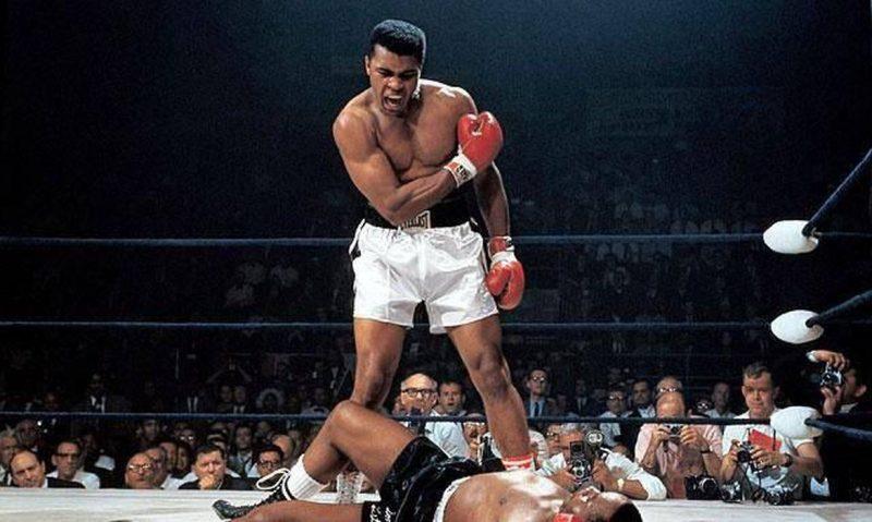 Considerado um dos maiores pugilistas da história, Muhammad Ali conquistou, por exemplo, o mundial na categoria peso-pesado e medalha olímpica, aos 18 anos. No entanto, não era somente dentro do ringue a sua luta, mas também fora dele. Cassius Marcellus Clay Jr. Adotou o nome como é conhecido mundialmente após se converter ao islamismo, onde fortaleceu sua luta contra o racismo, ao lado de Malcolm X – Foto: Reprodução/Facebook/ND