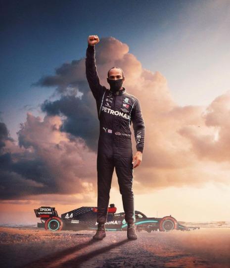 """Histórico. Lewis Hamilton cravou seu nome na história do automobilismo – um esporte que, até então, só havia premiado brancos – ao quebrar recorde atrás de recorde. Hamilton se tornou um dos maiores campeões da história, com sete títulos ao lado de Michael Schumacher e, igualando ainda, as 94 vitórias do alemão. O piloto inglês estreou em 2007 e se tornou o primeiro negro a vencer. Mas, não é só nas pistas que Hamilton faz história. O piloto utiliza sua plataforma para chamar atenção às lutas sociais e raciais e, apesar de ter sido proibido de """"falar"""" sobre os recentes protestos, Hamilton encontra maneiras de comunicar. """"Black Lives Matter"""" no capacete, """"End Racism"""" no carro, o símbolo dos Panteras Negras ao vencer. Lewis Hamilton acumula títulos, mas faz ainda mais fora das pistas – Foto: Reprodução/Instagram/ND"""