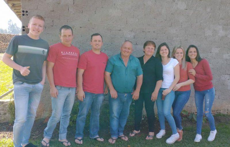 Delbi (centro) ao lado dos seis filhos e da esposa Maria – Foto: Reprodução/ND