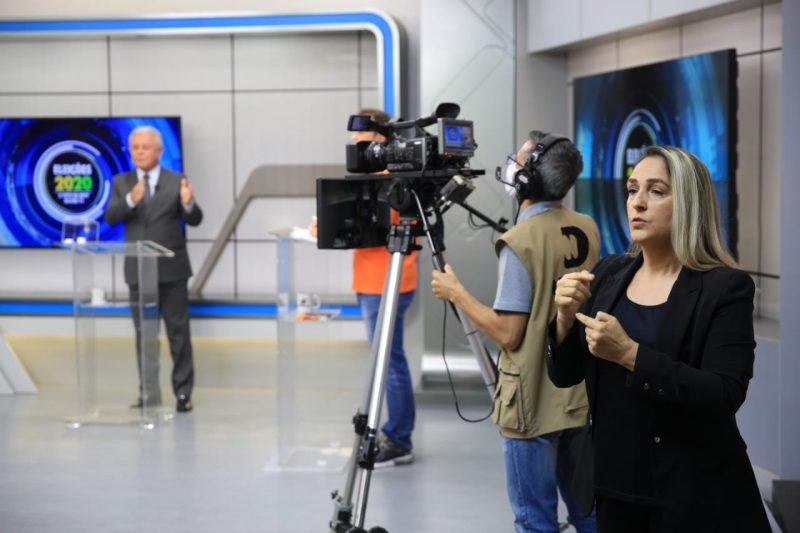 Intérpretes de libras participaram do debate, tornando-o acessível para pessoas com deficiência auditiva – Foto: Carlos Jr./NDTV
