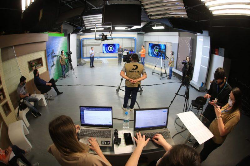 Adriano Silva (Novo) e Darci de Matos (PSD) se enfrentaram no primeiro debate na televisão neste segundo turno. Todo o debate foi transmitido ao vivo pela NDTV e pelo portal ND+ – Foto: Carlos Jr./NDTV