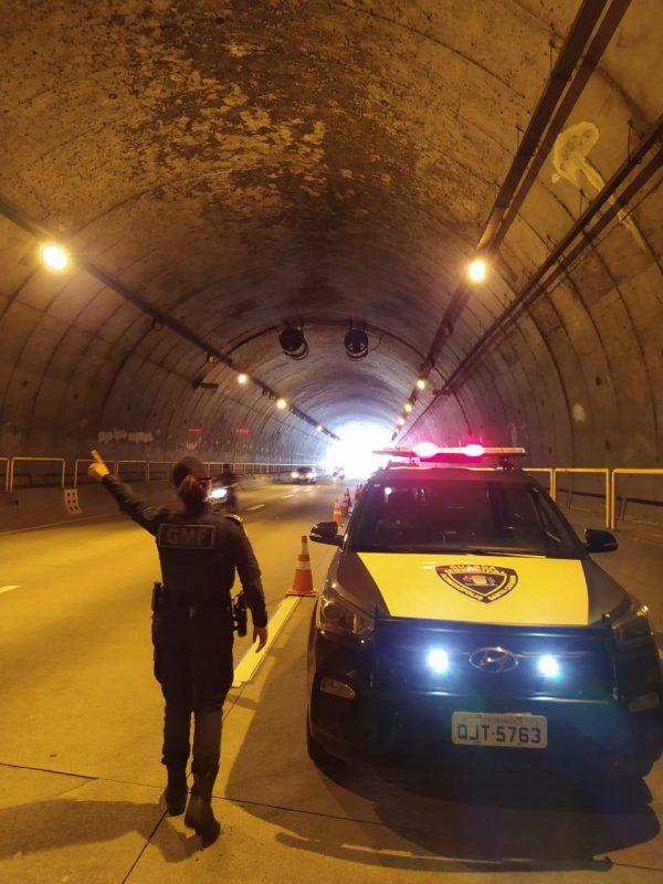 Acidente deixou motociclista de 19 anos ferido no túnel Antonieta de Barros, em Florianópolis – Foto: Divulgação/GMF