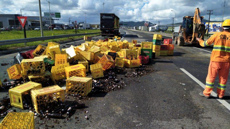 Carga de cerveja tomba na BR-101 e causa filas de 18 Km em Itajaí – Foto: PRF